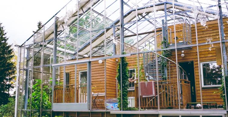 5_greenhouse-around-entire-home