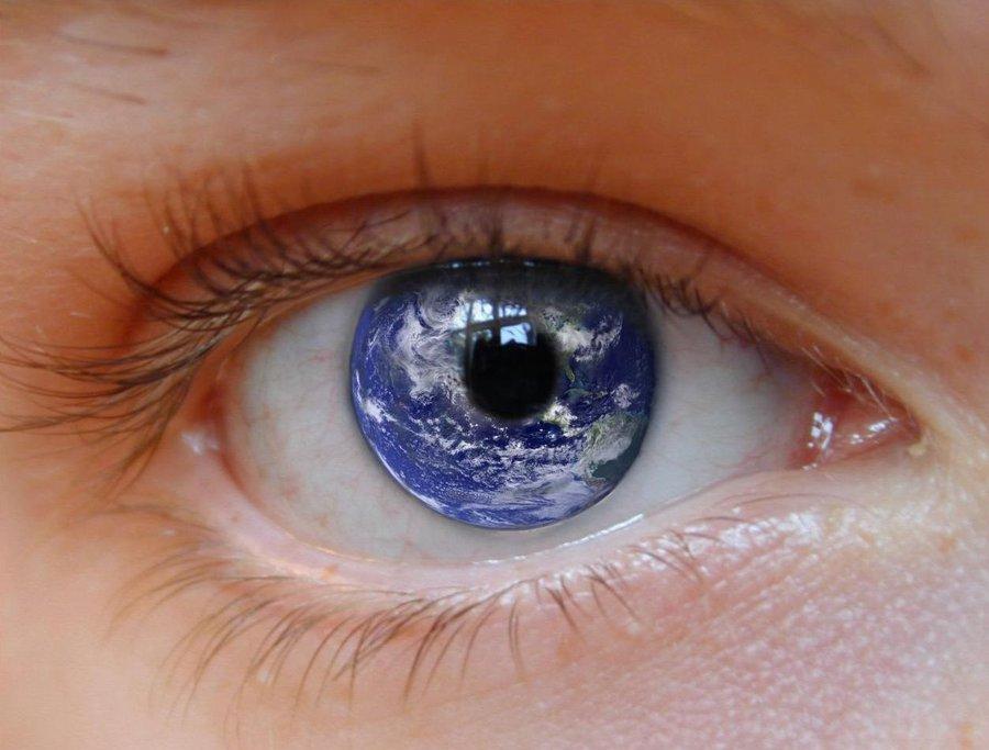 earth_eye_by_crashendburn